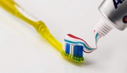 Comment rénover les phares de sa voiture avec du dentifrice ?